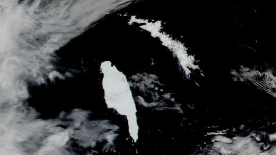Imagens de 14 de dezembro feitas por satélite mostram o iceberg antártico A-68A (à esquerda) se ...
