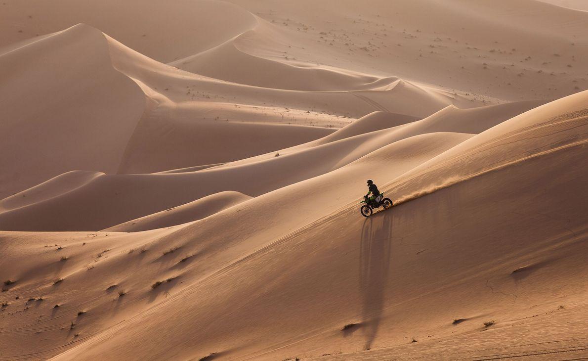 As dunas e os vales de areia de Abu Dhabi são o lugar perfeito para passeios ...