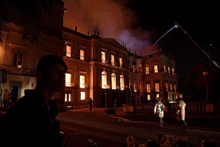 Um grande incêndio assola o Museu Nacional no Rio de Janeiro, no Brasil, em 2 de ...