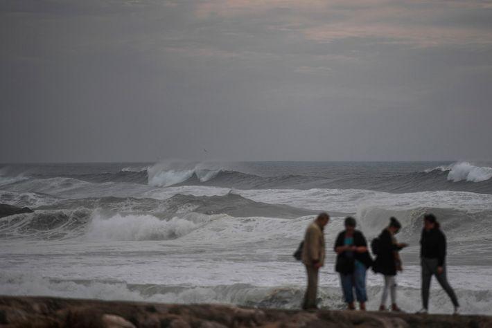 Ondas do Furacão Leslie atingem a costa próximo a Lisboa, Portugal, em 13 de outubro de ...