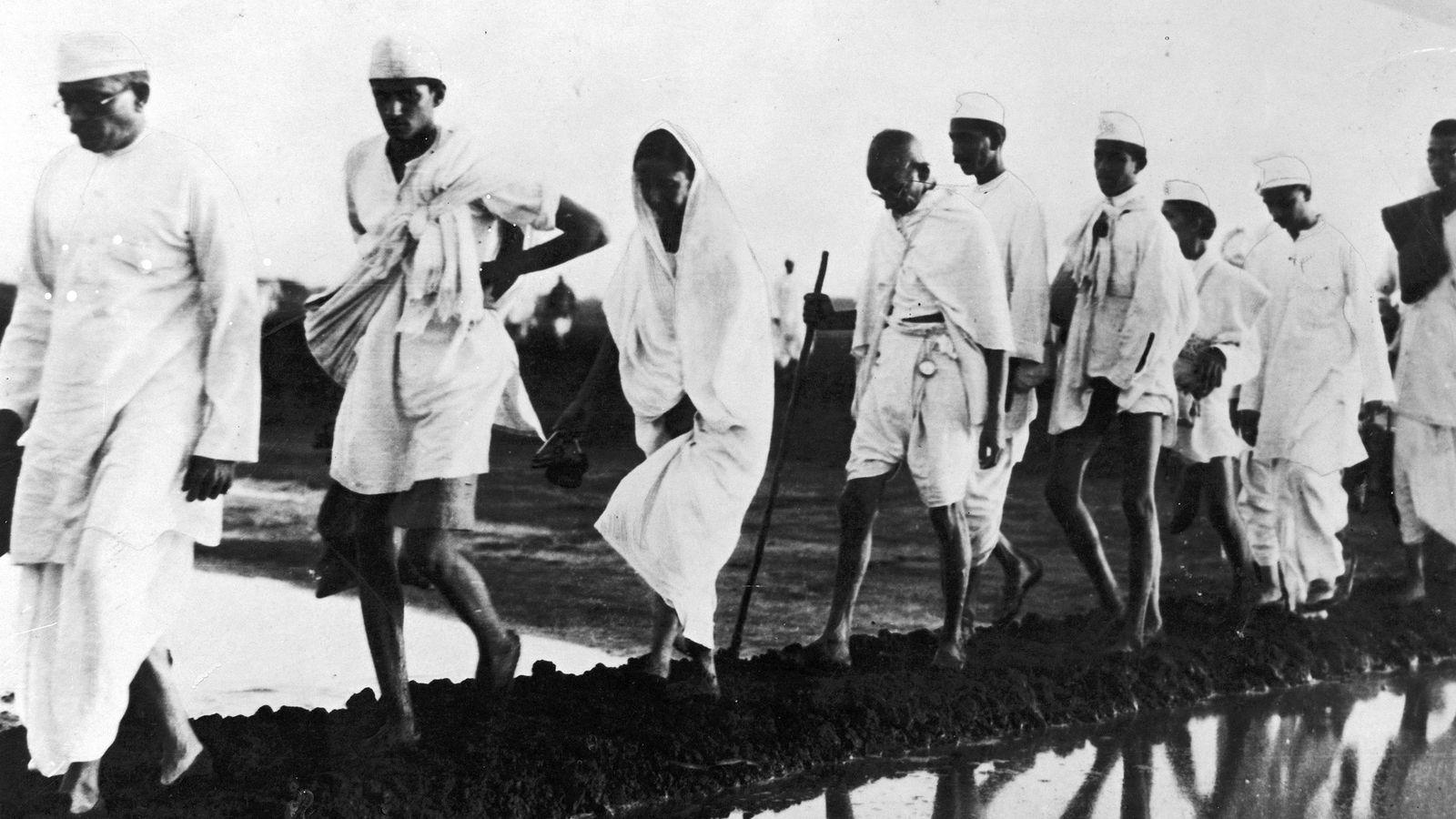 Mahatma Gandhi e seus seguidores caminharam 387 quilômetros ao longo da costa oeste de Gujarat, na ...