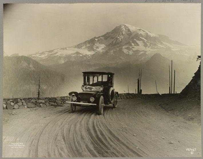 Este carro elétrico mostrado na imagem no Monte Rainier, foi produzido pela Anderson Electric Car Co. ...