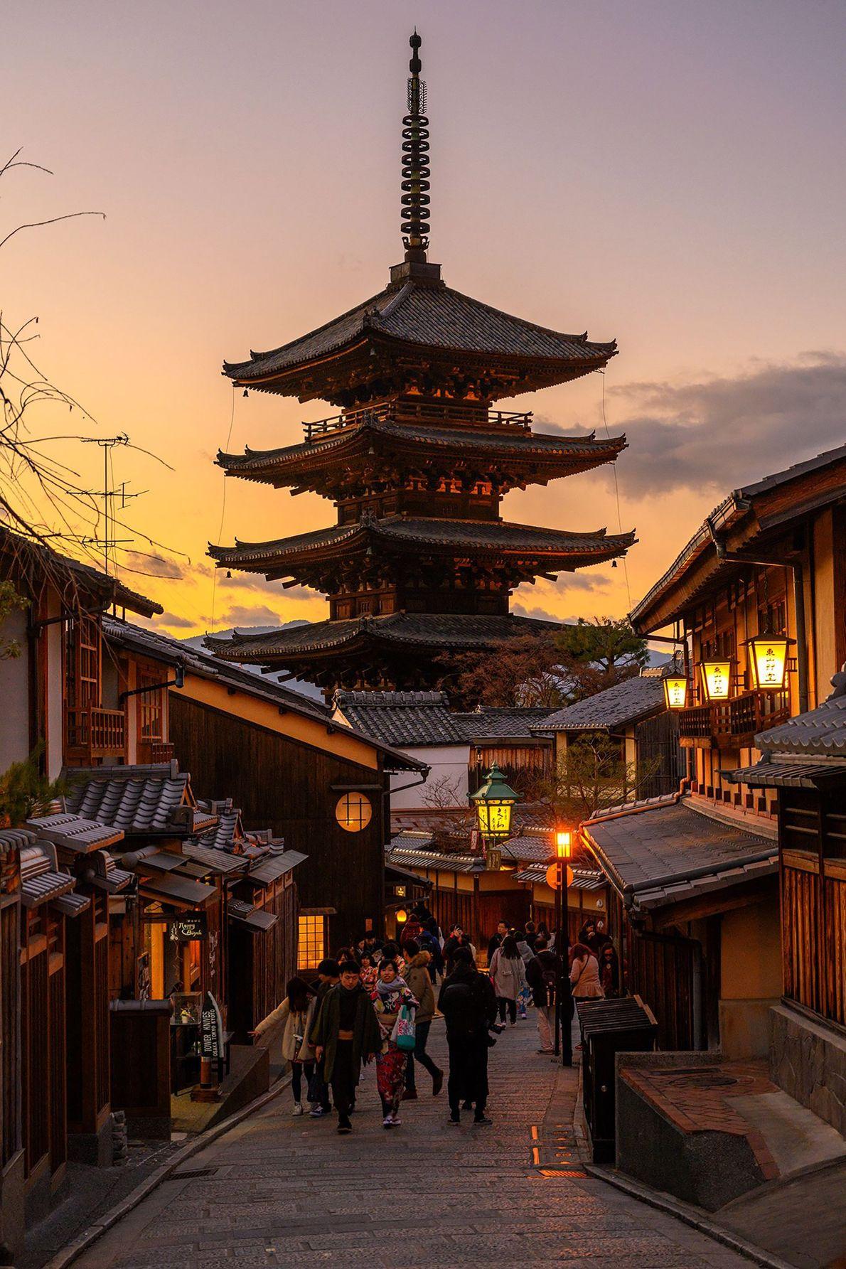 O pôr do sol envolve o Yasaka Pagoda em Gion, famoso bairro de entretenimento de Quioto. ...