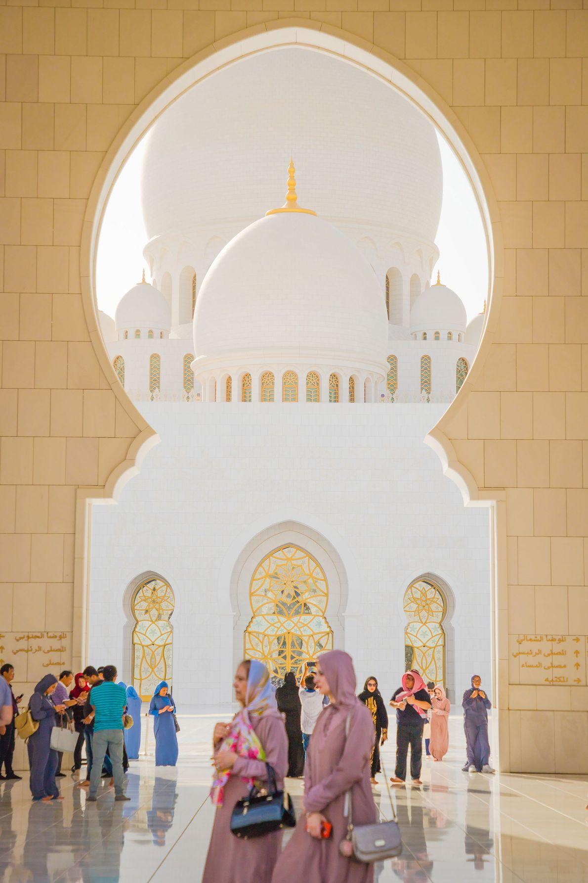 Todos os anos, milhões de pessoas visitam a impressionante Grande Mesquita Sheikh Zayed. Projetada pelo arquiteto ...
