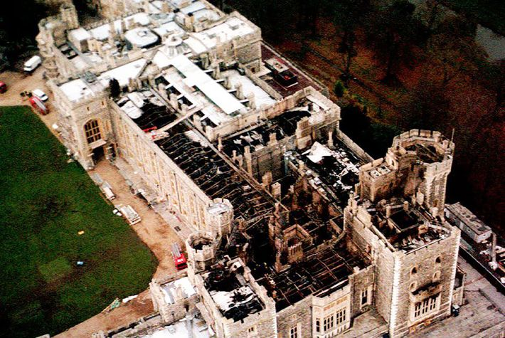 A vista aérea do Castelo de Windsor, no Reino Unido, mostra os danos no teto causados ...