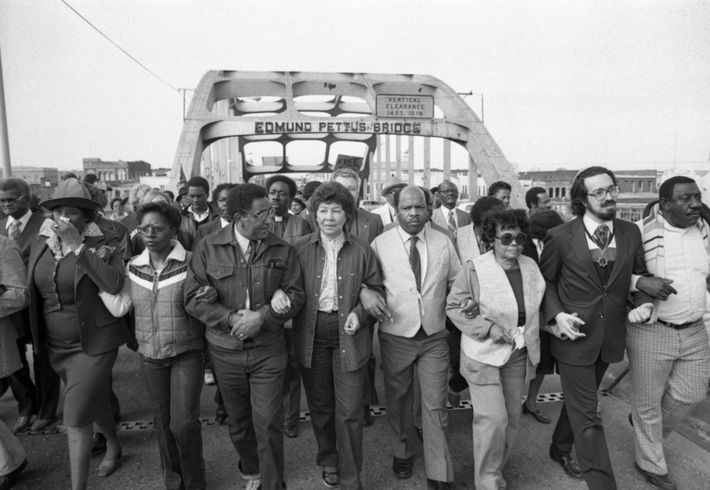 Em 14 de fevereiro de 1982, John Lewis (quarto a partir da direita) ajudou a liderar ...