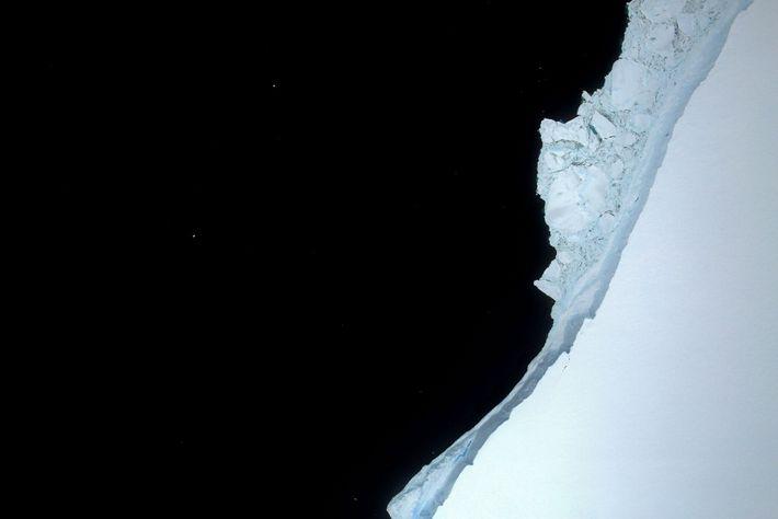 Uma imagem do A68 de novembro de 2017 mostra as bordas íngremes e escarpadas do iceberg. ...