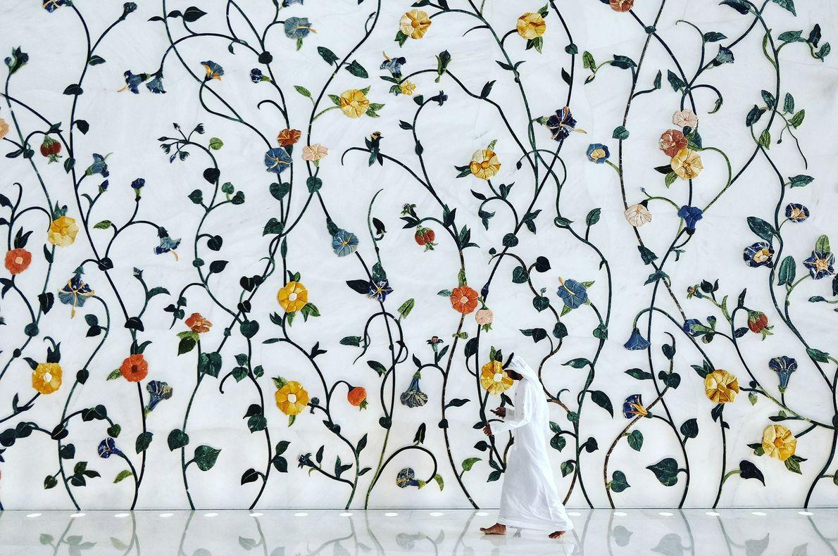 Estampas florais vibrantes, criadas pelo artista e ilustrador britânico Kevin Dean, cobrem as paredes e os ...