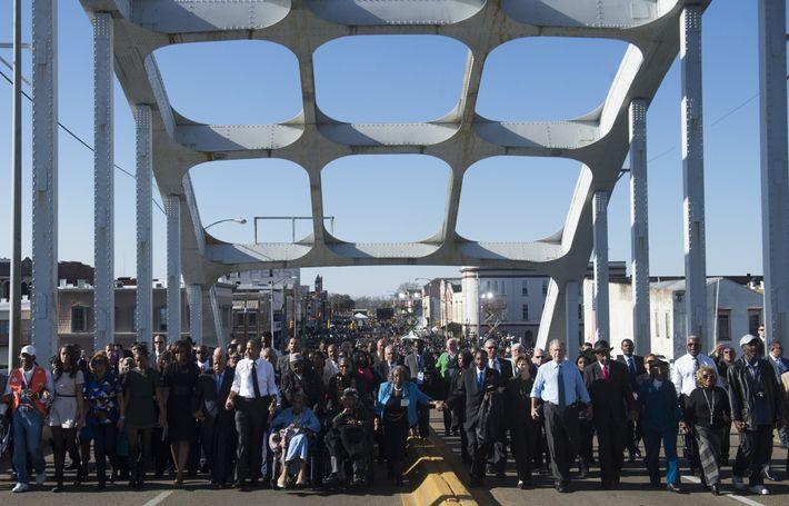 Em 2015, o ex-presidente Barack Obama e líderes políticos atravessaram a Ponte Edmund Pettus em homenagem ...