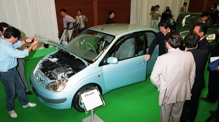 A primeira geração do Prius, veículo híbrido da Toyota Motor Co, foi apresentada em 14 de ...