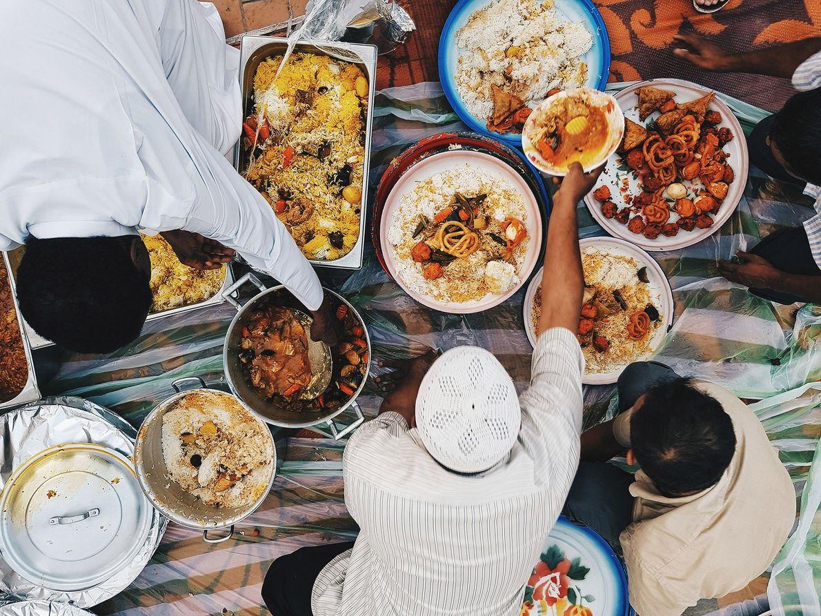 Pessoas se reúnem antes do iftar, refeição noturna do Ramadã que acontece no mês islâmico sagrado, ...