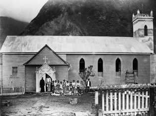 A Santa Filomena está estreitamente associada ao padre Damien (com os pacientes nessa foto histórica), que ...