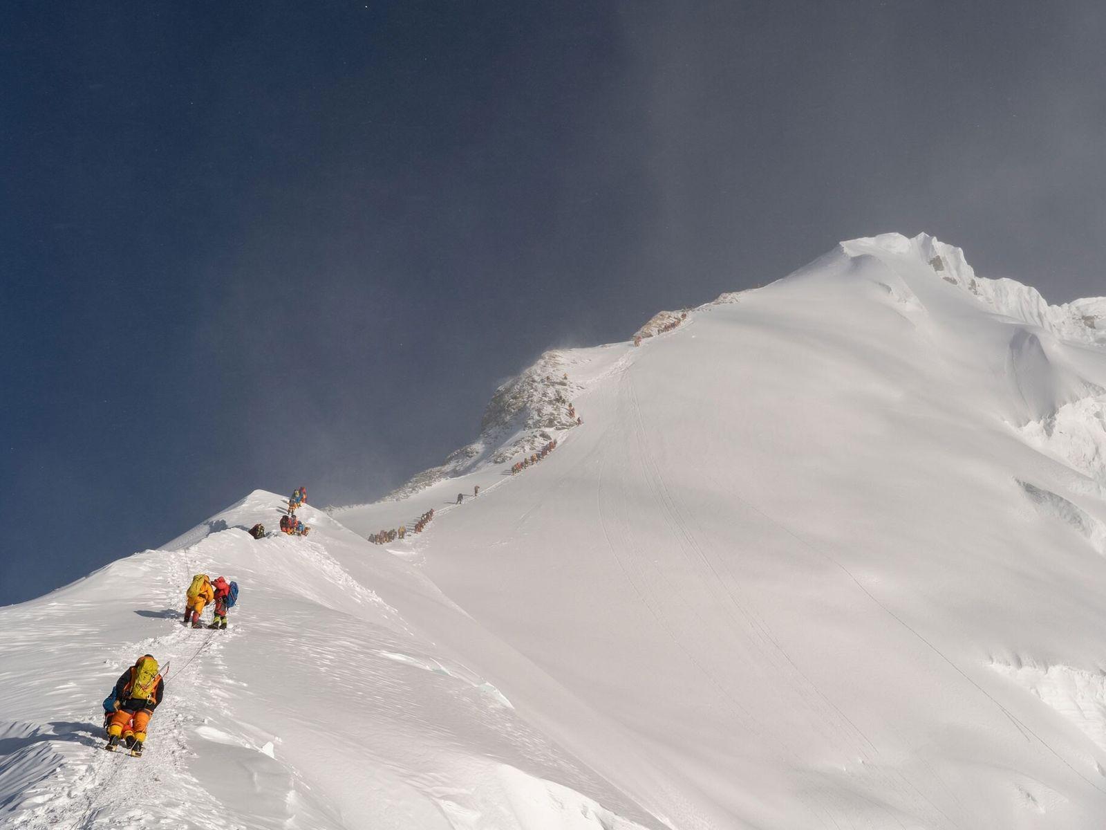 Alpinistas aguardando na fila para acessar o pico do Monte Everest em maio de 2019. A ...