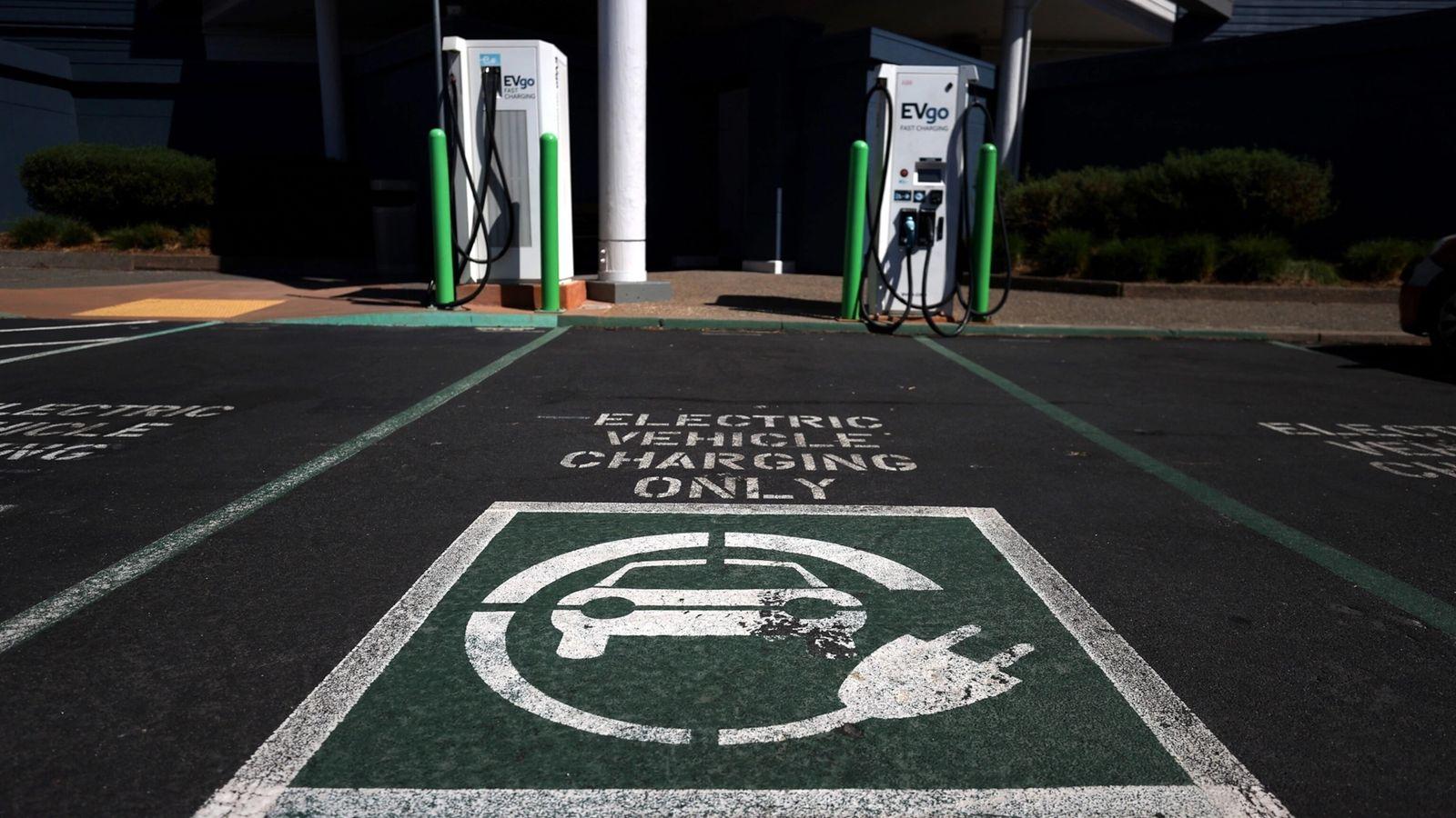 A falta de pontos de recarga de carros elétricos é um dos obstáculos enfrentados por esses ...