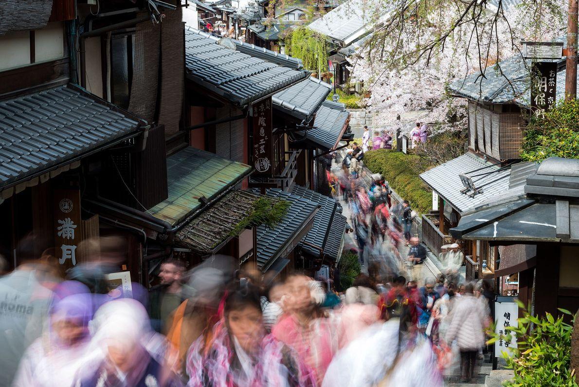 Aglomeração de turistas pelas ruas do Templo Kiyomizudera durante a estação de contemplação das cerejeiras.