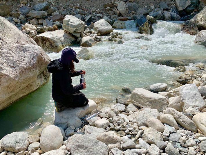 Heather Clifford, cientista climática da Universidade do Maine, coleta água em um riacho ao sul do ...