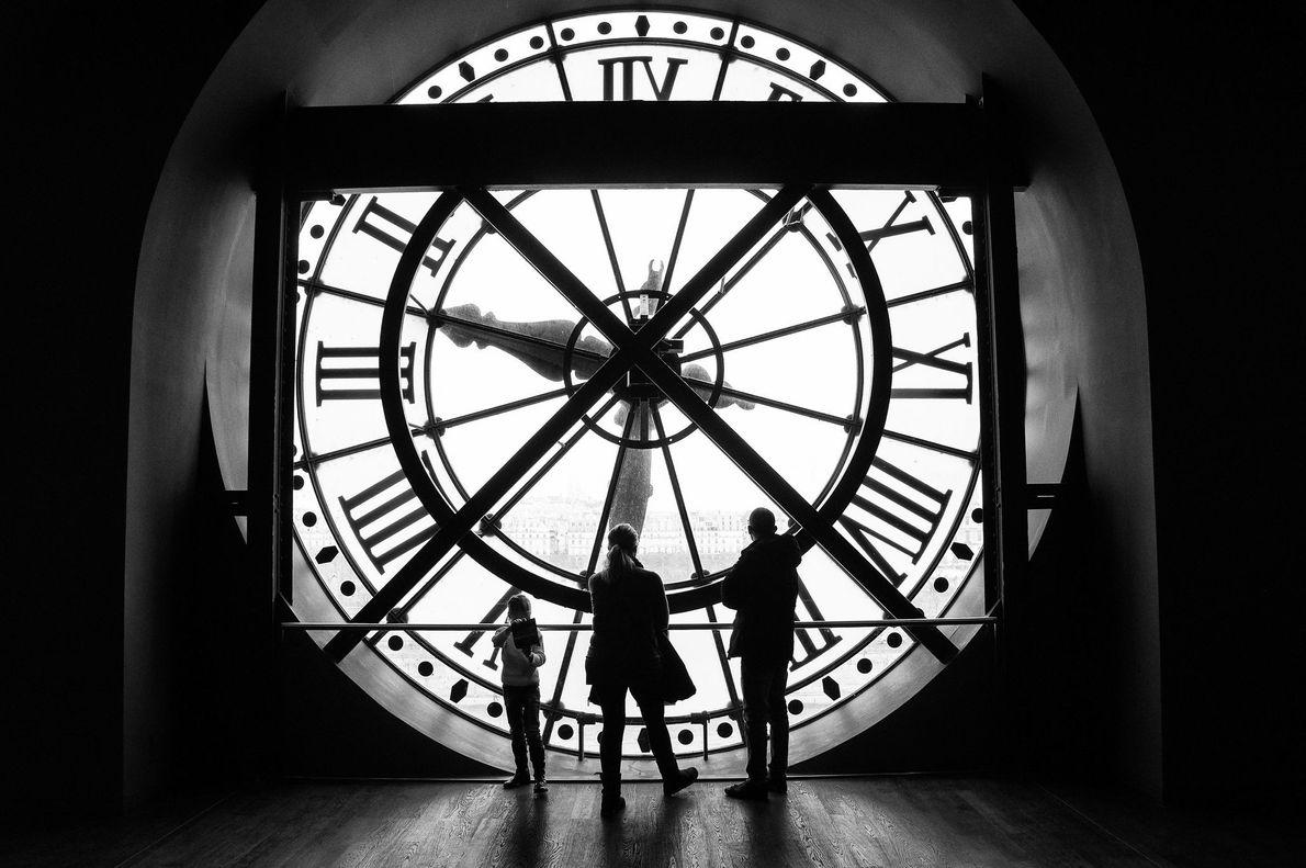 Uma família visita o Museu de Orsay, localizado na antiga Gare d'Orsay — uma estação ferroviária ...