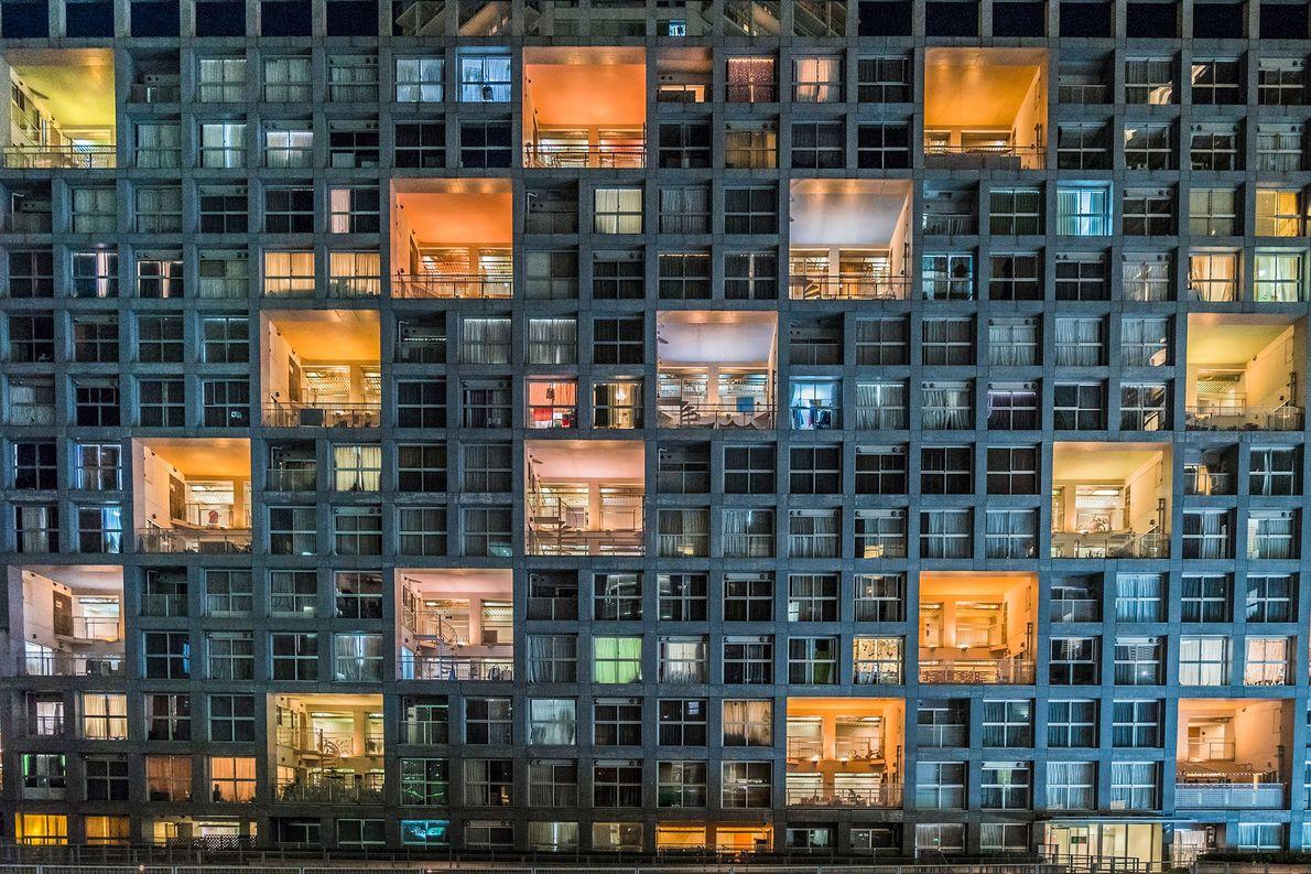 TÓQUIO, JAPÃO  Luzes coloridas contrastam com as janelas escuras de um prédio de apartamentos ao lado …