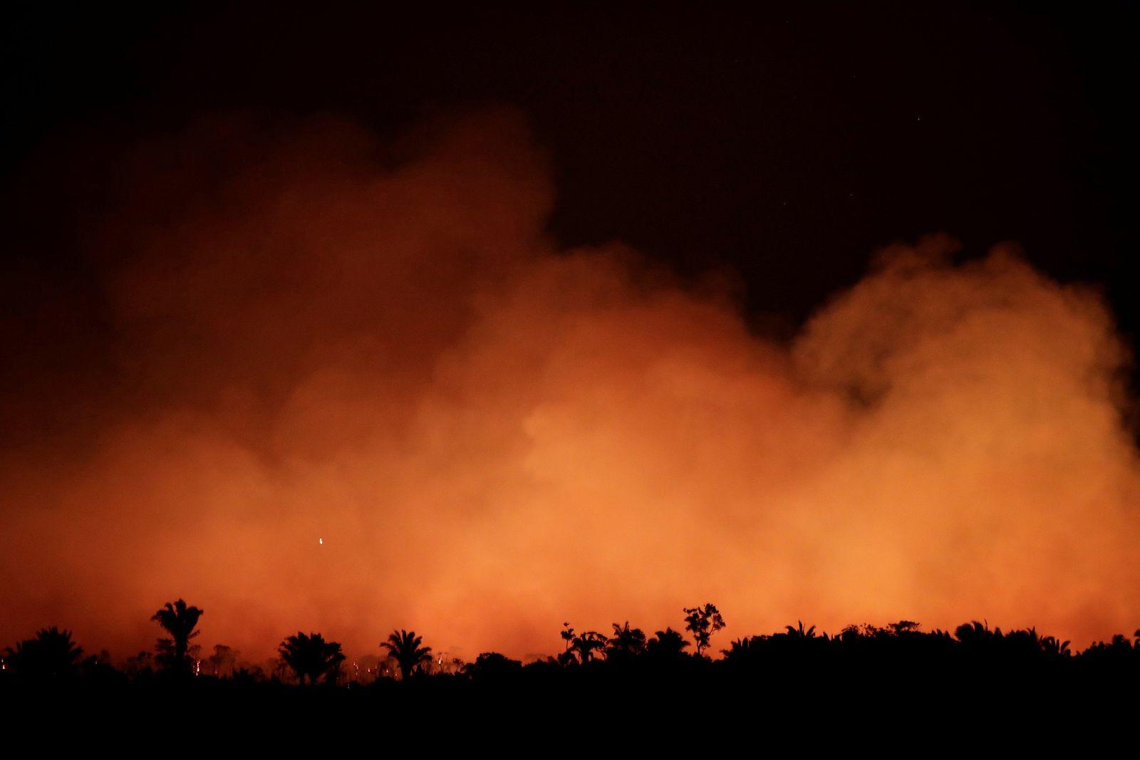 A crescente fumaça durante um incêndio na área da floresta amazônica perto de Humaitá, estado do ...
