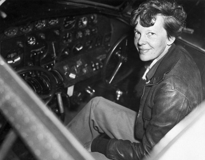 Earhart esperava coroar sua carreira em 1937 se tornando a primeira mulher a fazer um voo ...