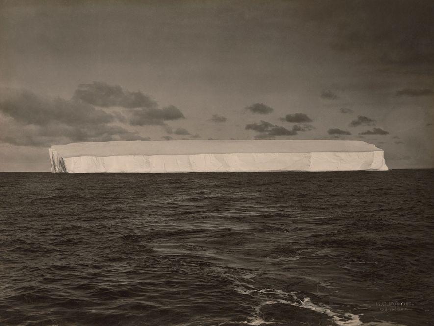 Foto distante de um grande iceberg, Antártica.