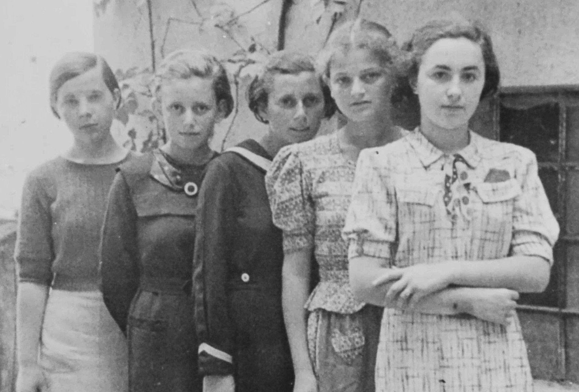 Sabe-se que duas das cinco meninas nesta fotografia — tirada em Humenné, Eslováquia, por volta de ...