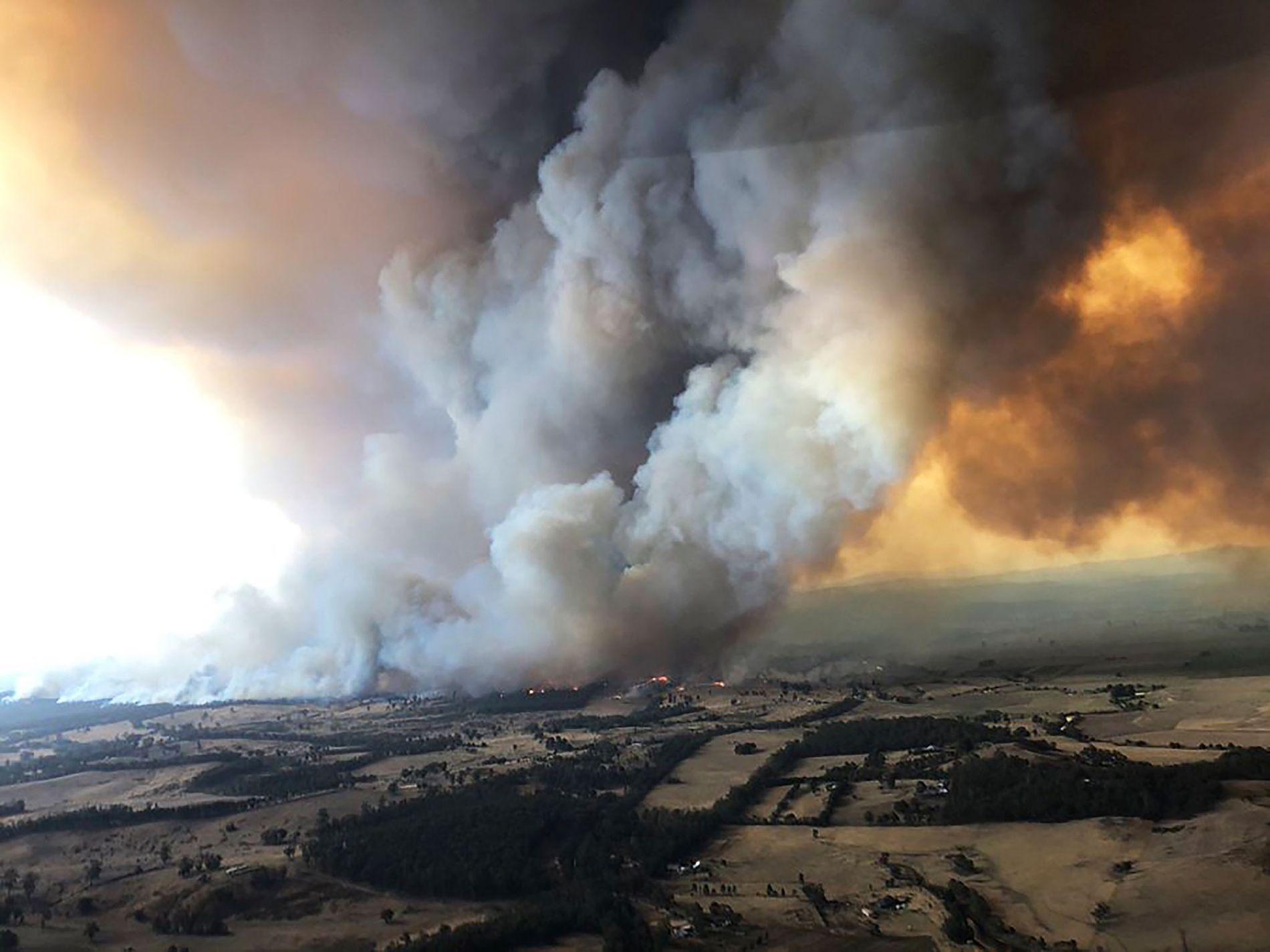 Em 30 de dezembro de 2019, os incêndios florestais ardiam sob nuvens de fumaça, em Bairnsdale, ...