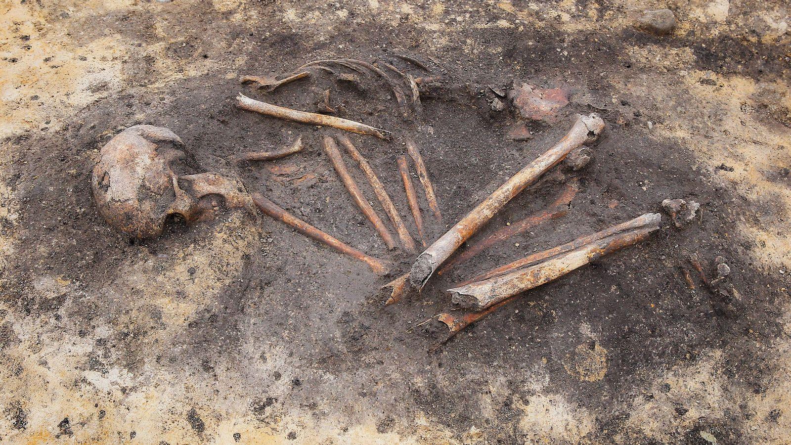 """Enquanto os arqueólogos começam a notar sinais de desigualdade social em sepulturas """"com"""" e """"sem objetos"""" ..."""