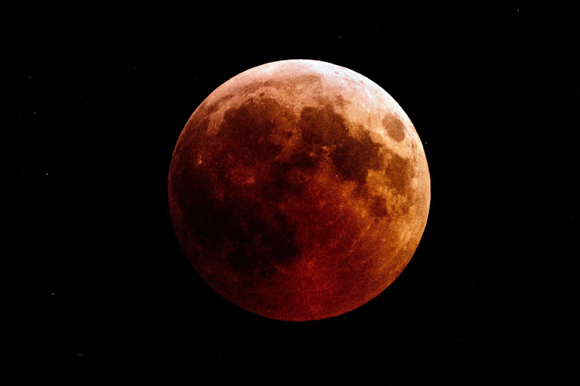 Registro de 27 de julho de 2018 mostra uma Lua de Sangue vista da cidade de ...