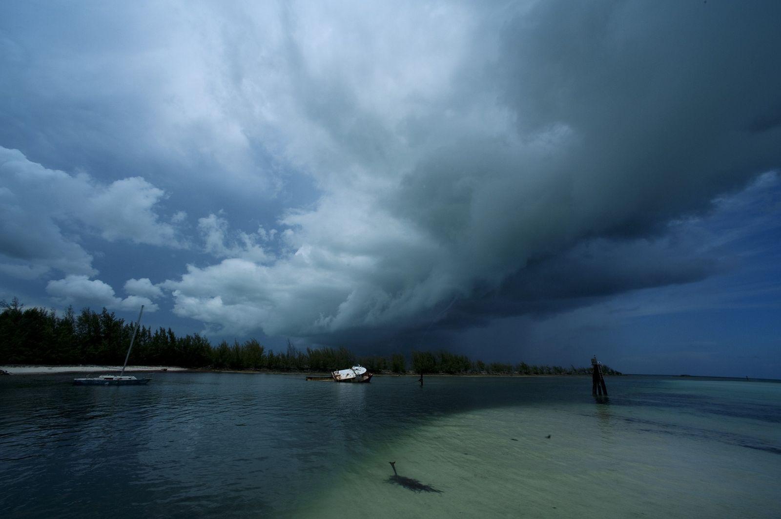 Tempestade anunciada transformando-se em tromba d'água, na Ilha de Andros.