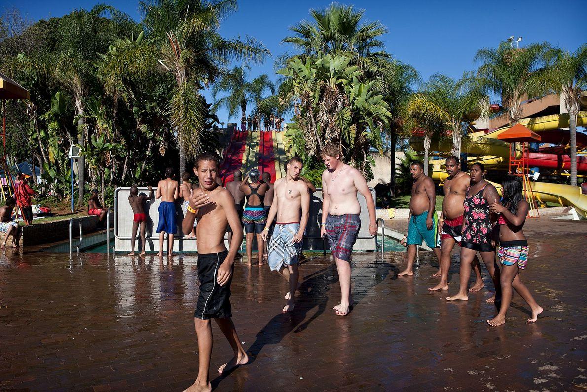 Um grupo de jovens se reúne na piscina do Bela Bela Resort. Bela-Bela, conhecida anteriormente como ...