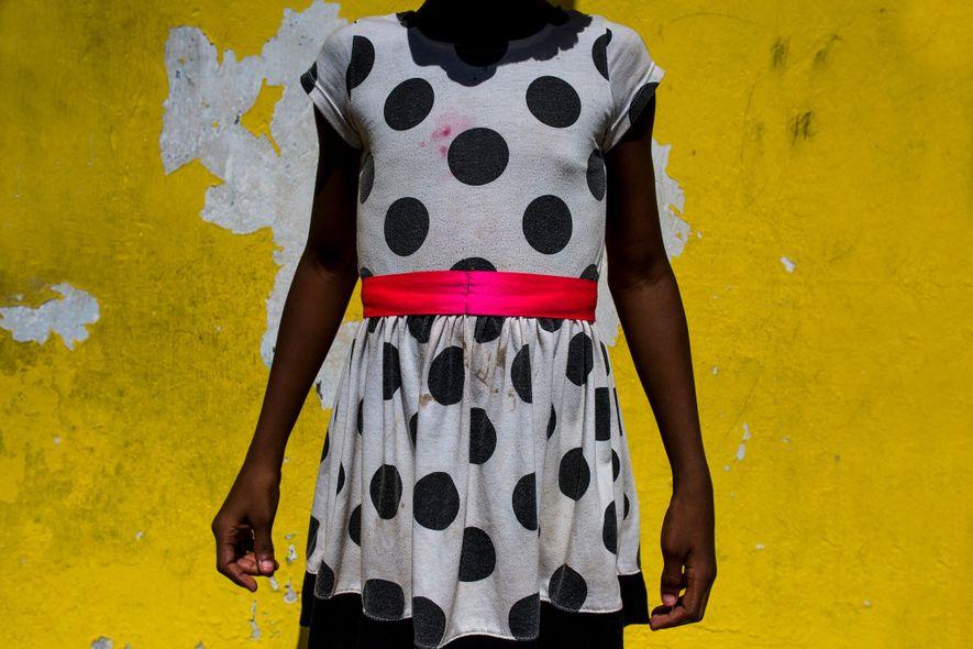 Uma garota mostra o vestido que usará no aniversário de sua melhor amiga em uma ilha ...
