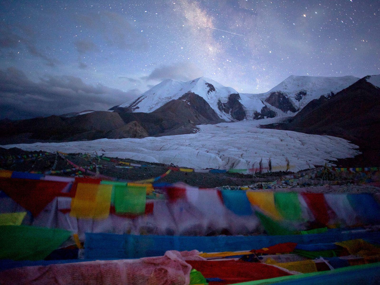 Estrelas brilham sobre uma geleira na Montanha Animaqin, no condado tibetano de Guoluo. O ar rarefeito ...