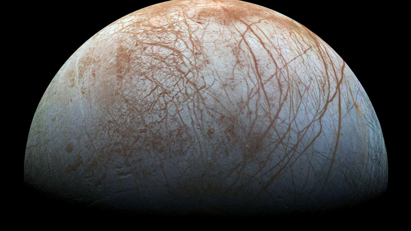 A lua Europa, de Júpiter, é coberta por uma grossa camada de gelo que, por sua ...