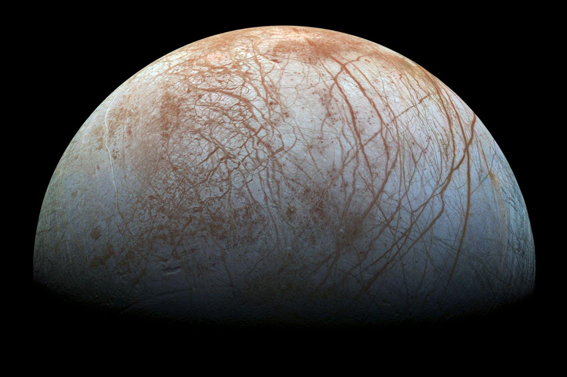 A lua Europa, de Júpiter, é coberta por uma grossa camada de gelo que, por sua vez, acredita-se, cobre um vasto oceano que seria capaz de originar vida.