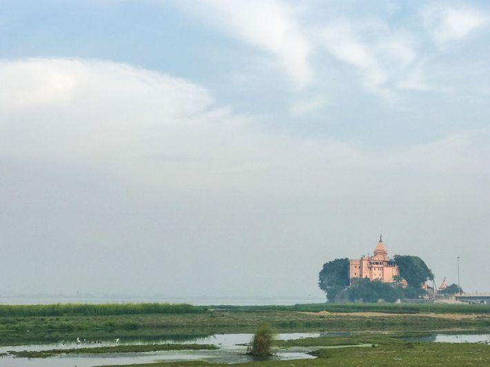 No estado de Bihar, o templo de Baba Ajgavi Nath se destaca sobre a margem do ...