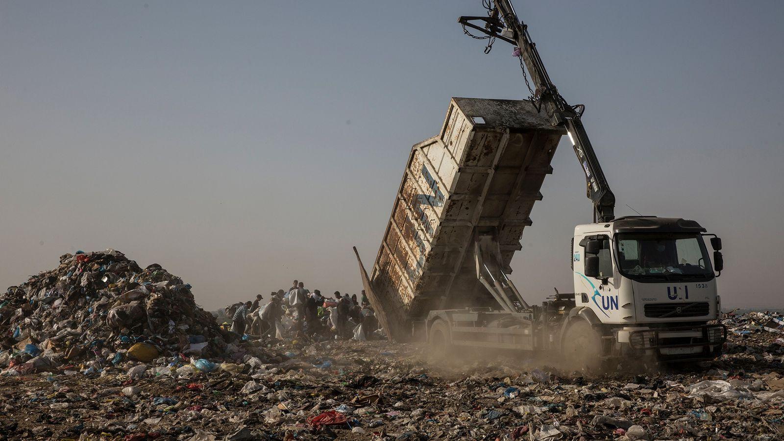 Um caminhão da ONU despeja lixo em um aterro em Juhor al-Deek, a sudeste da Cidade ...