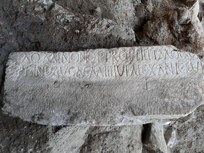 Uma inscrição em uma pedra de mármore em grego e latim dedicada ao comandante romano Diocleciano. ...