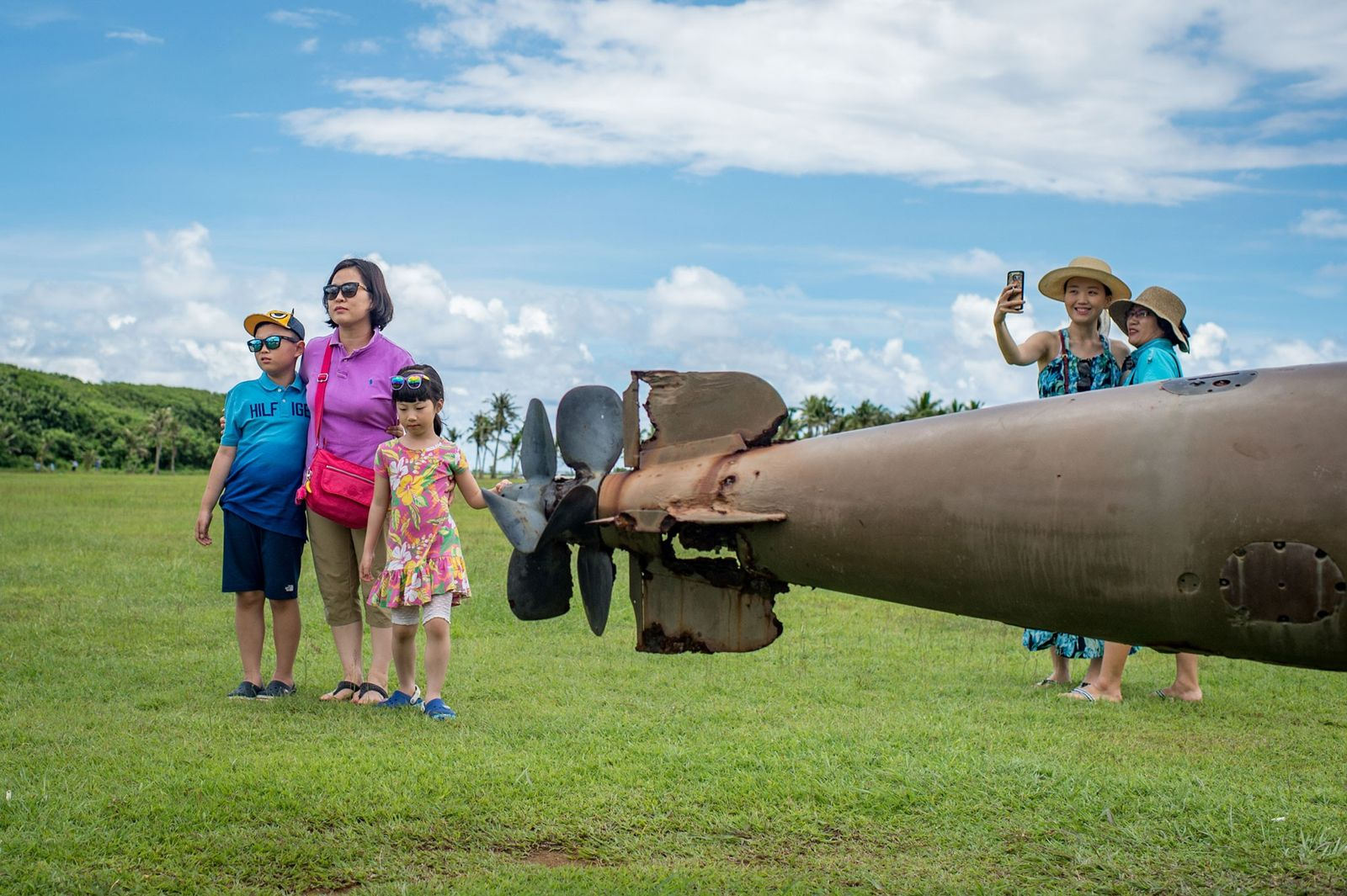 Turistas fazem pose junto a um torpedo da Segunda Guerra Mundial, no Parque Histórico Nacional da ...