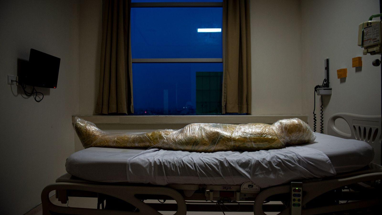 Corpo de uma suposta vítima da covid-19 em um hospital indonésio. Após a morte do paciente, ...