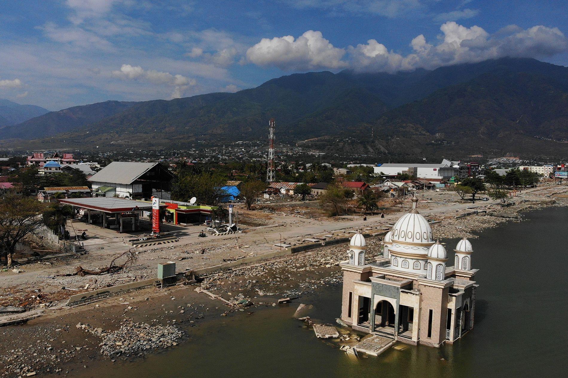 Um forte terremoto atinge a ilha de Sulawesi, na Indonésia, em setembro de 2018, provocando um ...