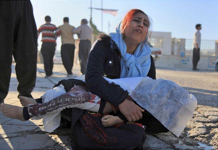 iraniana chora com sua filha morta pelo terremoto