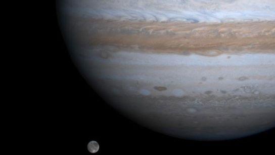 A maior lua do sistema solar, Ganímedes, parece flutuar ao lado de Júpiter em foto tirada ...