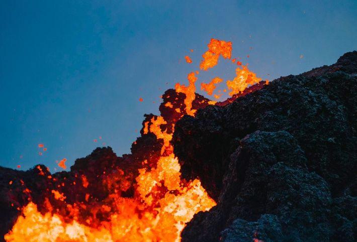 Lava jorra de fissuras ativas no empreendimento residencial Leilani Estates, na região de Keahialaka na Ilha ...