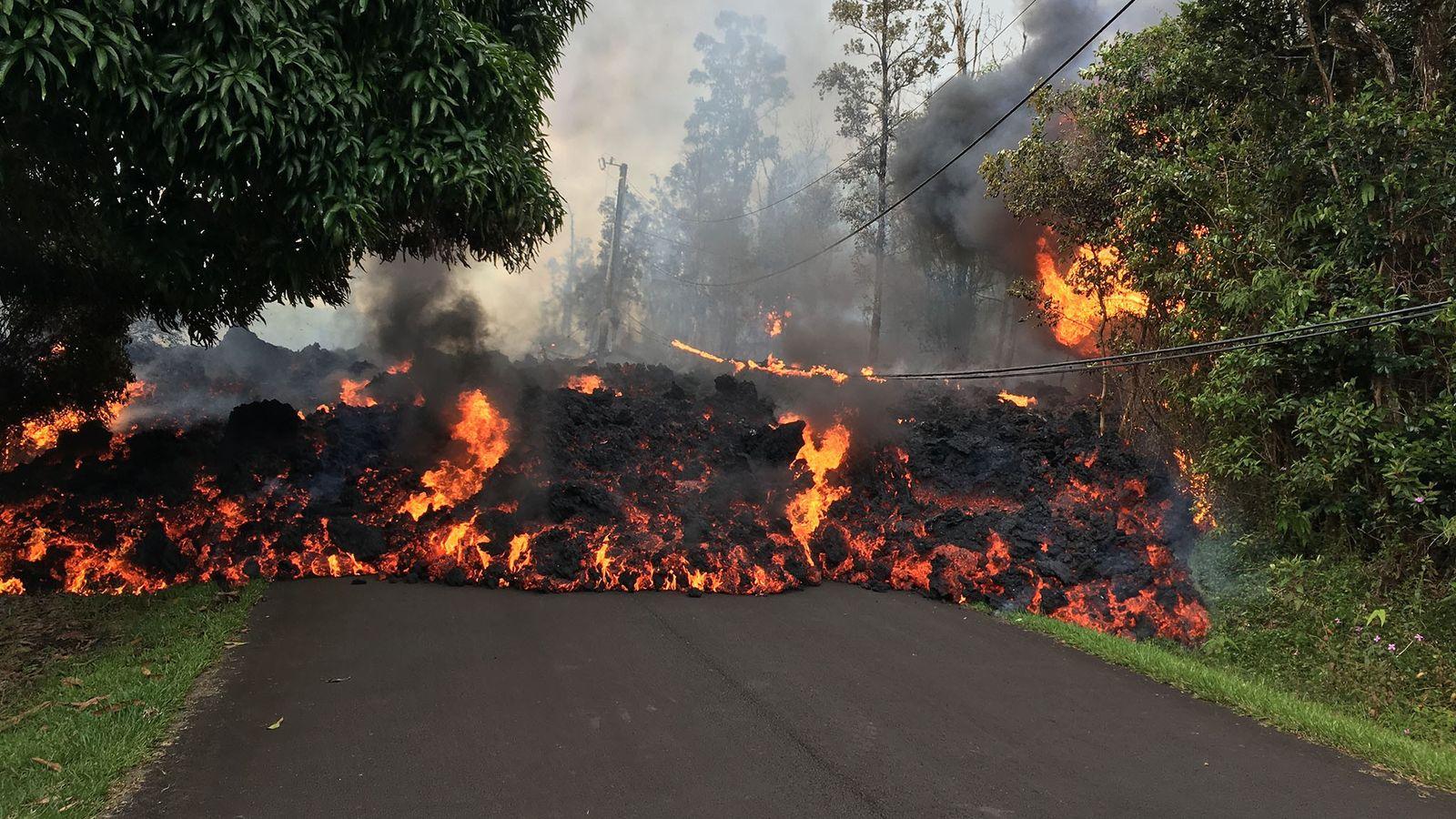 A lava dos vulcões havaianos tende a ser comparativamente mais líquida devido ao seu baixo teor ...
