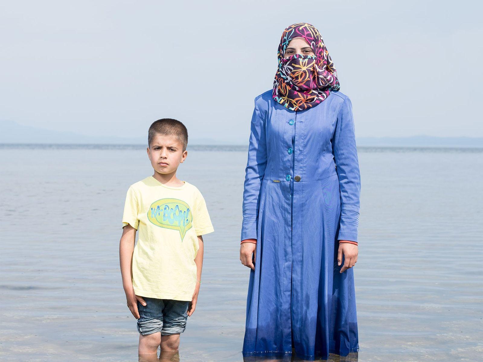 Kafa Al Nayaf, de 19 anos, e seu sobrinho fugiram da Síria para escapar do bombardeamento. ...