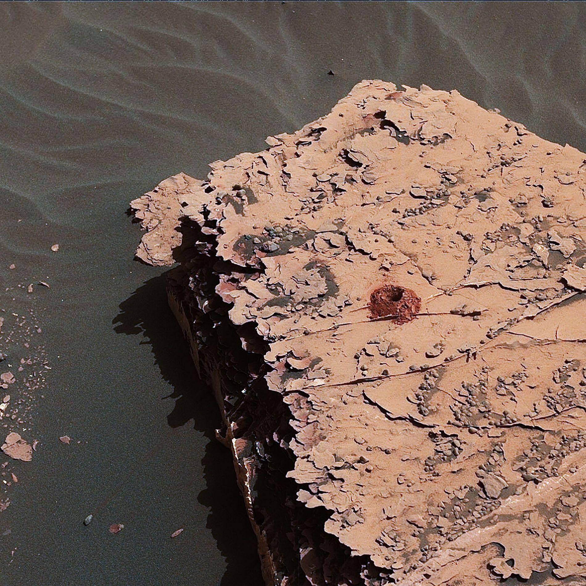 O rover Curiosity, da Nasa, cavou este buraco de duas polegadas em uma rocha marciana como ...