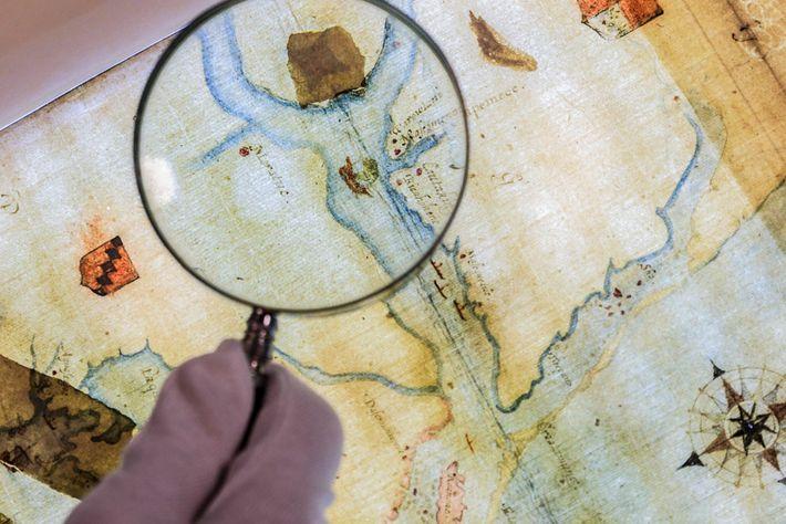 Um mapa desenhado pelo governador da colônia possui um remendo que cobre o símbolo de um ...