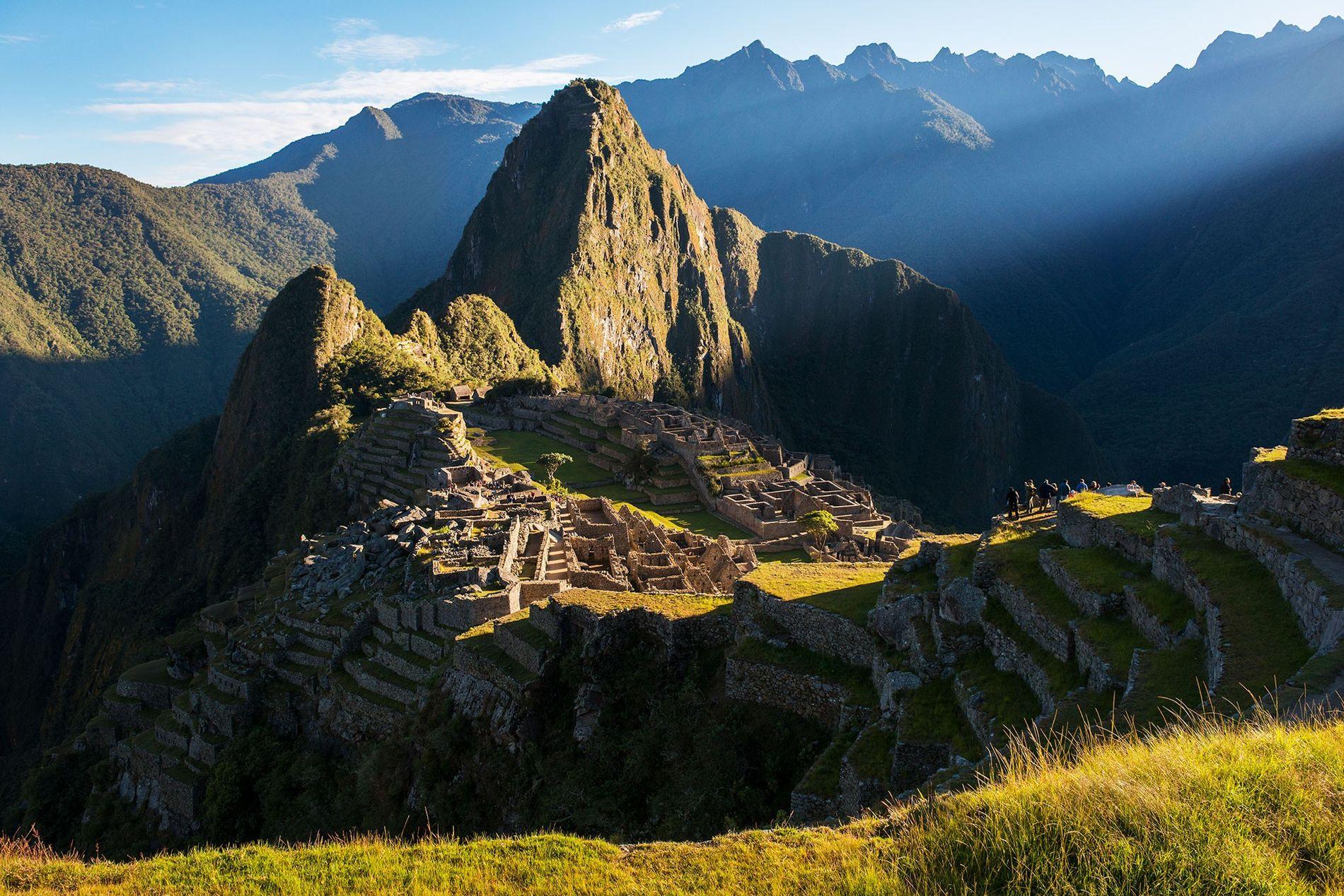 O Sol nasce sobre as ruínas de Machu Picchu, evidência do Império Inca no alto de ...