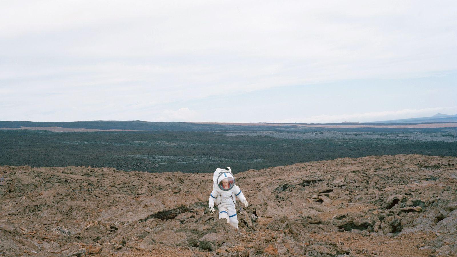 """A comandante Martha Lenio, da missão HI-SEAS III, no Havaí, testa o terreno """"marciano"""" em seu ..."""